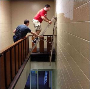 Seguro que la mano del amigo sujetando la escalera le da seguridad al asunto.