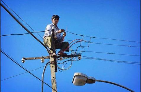 La luz en Puerto Rico subió, y este hombre subió junto con ella.